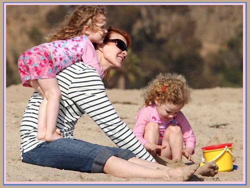 Актриса Марсия Кросс (Бри Ван де Камп) отдыхает на пляже с дочками